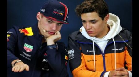 フェルスタッペン、バックマーカーのノリスに譲ってもらって手を振る@F1スペインGP