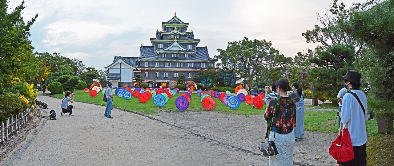 2020年8月 夏の烏城灯源郷の天守閣前広場の傘のオブジェの様子ワイド風景 (1)