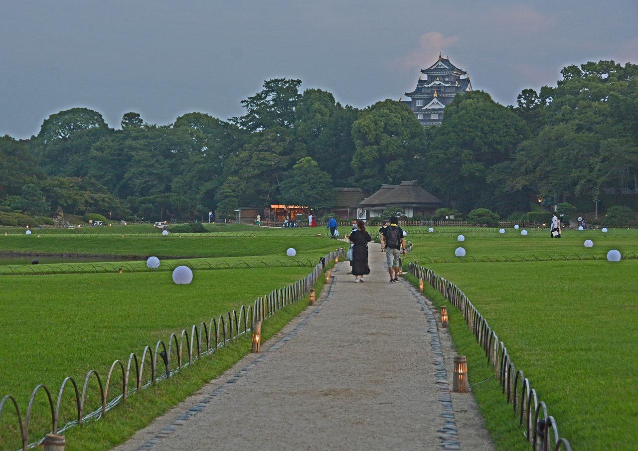 20200805 昨日撮影の後楽園夏の幻想庭園石橋から眺めた散策路風景 (1)