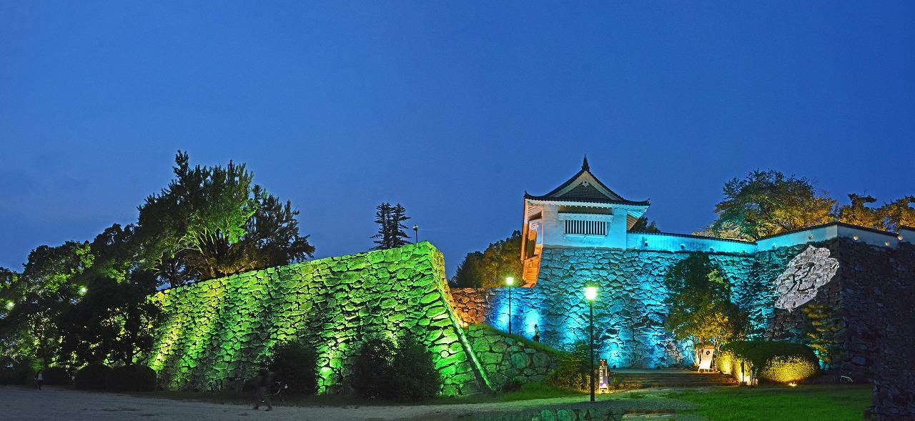 20200807 昨晩撮影の夏の烏城灯源郷の南側城壁の灯りのアート様子ワイド風景 (1)