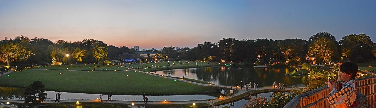 20200824 昨晩撮影の後楽園夏の幻想庭園内の様子を唯心山頂上から眺めたワイド風景 (1)