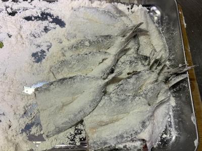 小麦粉をまぶしたマイワシ