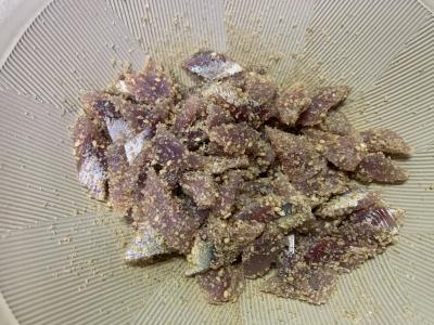 擦りゴマとマイワシの切り身を混ぜ合わせる
