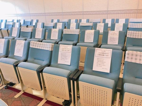 葬儀場の椅子