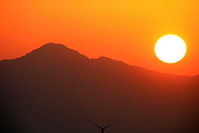 米山と太陽