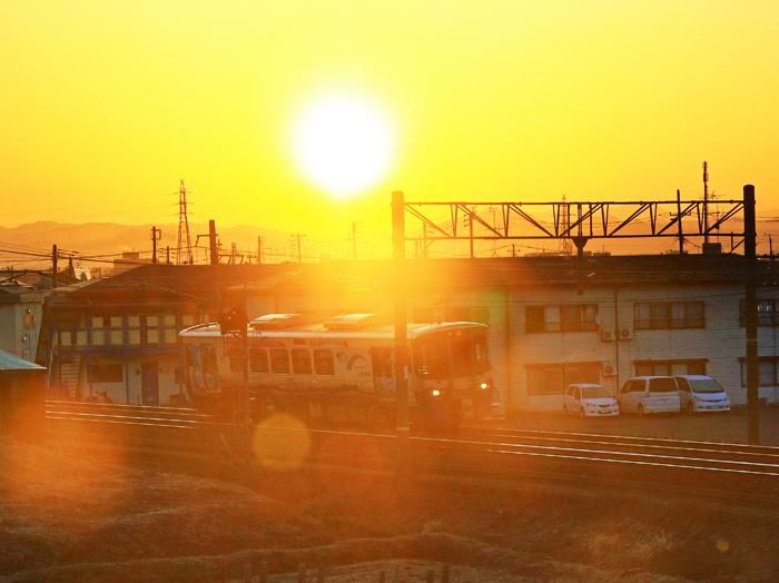日の出と気動車