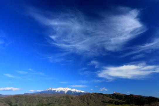 青空に湧く高層雲と残雪の御嶽山