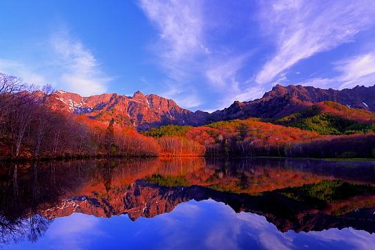 鏡池に映える朝焼けの戸隠山と雲