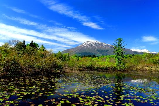 いもり池に映える黒姫山と雲