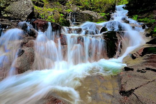 飛沫優美な床並ノ滝