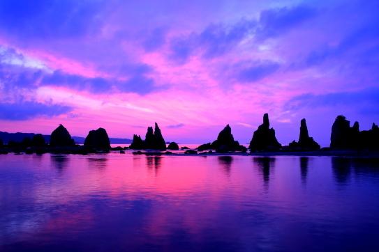 伝説の奇岩・橋杭岩の黎明