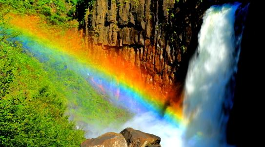 瀑布・苗名滝の飛沫に虹かかる