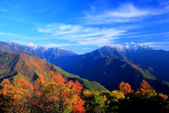 鹿嶺高原の紅葉と東駒ヶ岳・仙丈ヶ岳を彩る雲