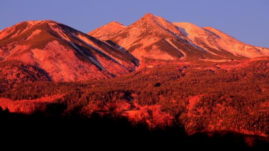 朝焼けの新設の乗鞍岳