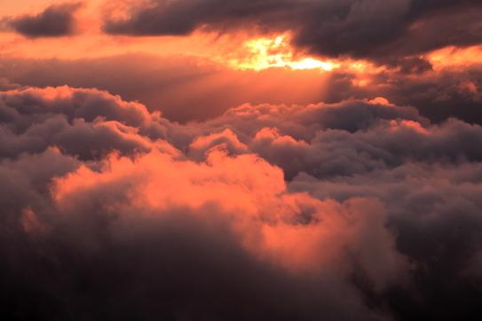 雲間に日の出射す
