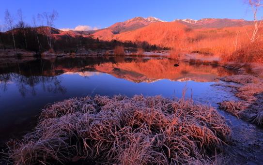 まい目池に映える霧氷と乗鞍岳朝景