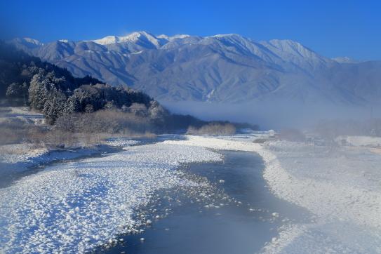冠雪の三峰川と西駒ヶ岳霧景