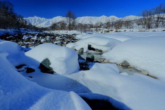松川の雪景色と白銀の白馬岳