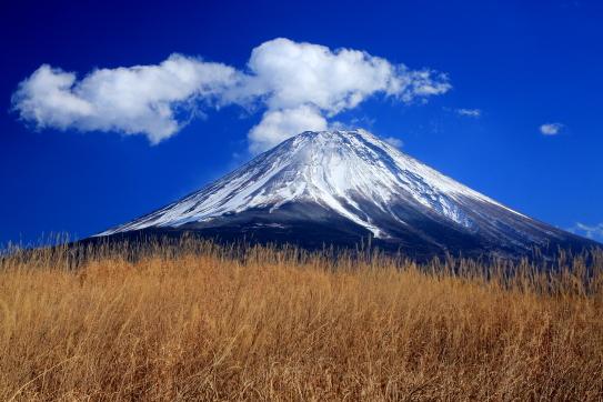 白銀の富士を彩る雲