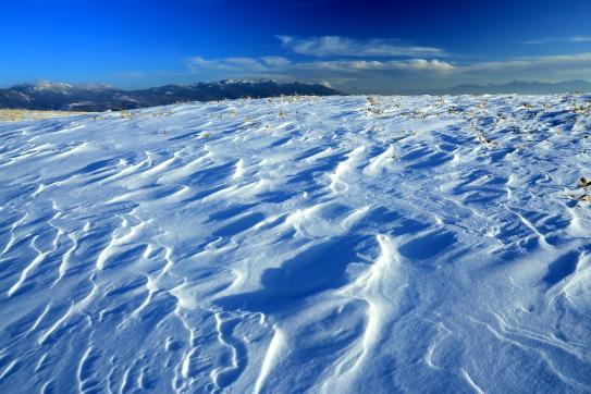 シュカブラの雪原と八ヶ岳