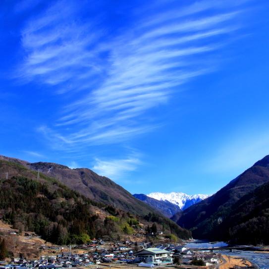 青空に雲の映える大鹿村大河原