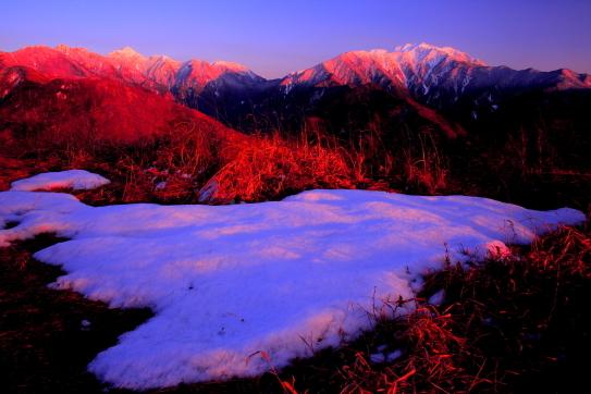 残雪と仙丈ヶ岳と東駒ヶ岳夕景