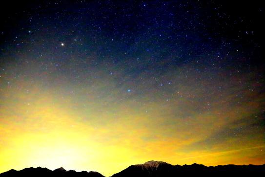 鹿嶺高原の星空と仙丈ヶ岳と東駒ヶ岳