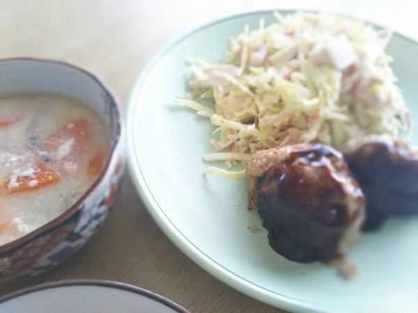 残り物にキャベツスライスとレトルトの肉団子で昼ご飯