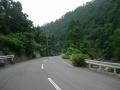 200809芥川沿いの谷あいの道を下って行く
