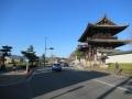 201205仁和寺の横を通り過ぎる