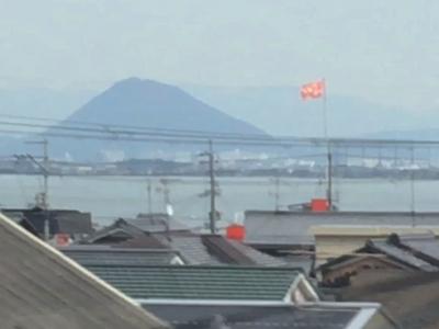 下阪本のマクドナルドの旗が南風でバタバタ