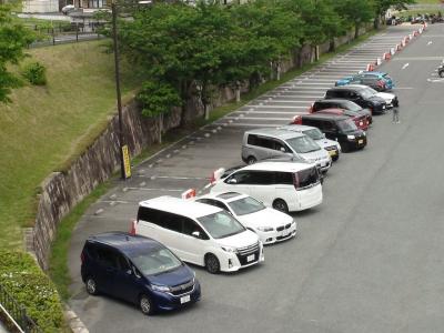 駐車場一部閉鎖の仕切りの前に車が並んでるというアンコントロール状態