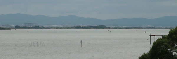 琵琶湖大橋西詰めから眺めた木浜5号水路沖〜下物沖(6月20日12時40分頃)