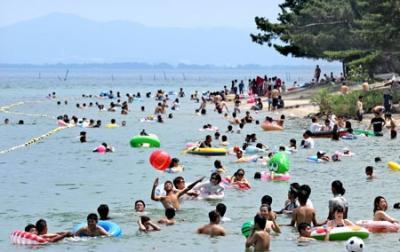 遊泳客で賑わう近江舞子中浜水泳場