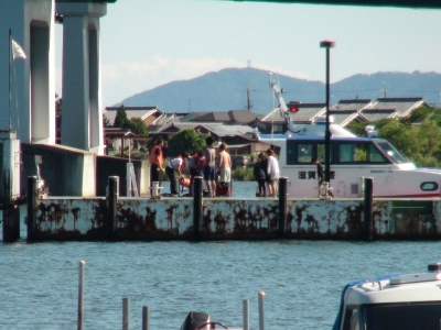 琵琶湖大橋港の桟橋で救助した乗船者に話を聞く水上警察