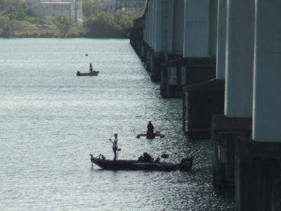琵琶湖大橋で釣り中のボート(10月2日10時頃)