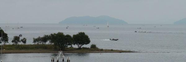 北湖のディープエリアで釣り中のボート