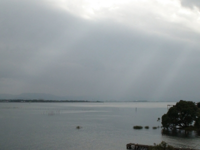 雨が止んで天候回復し始めた琵琶湖南湖(10月23日13時15分頃)