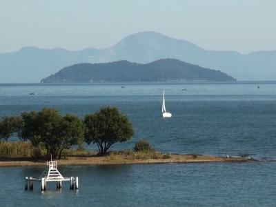 快晴軽風の琵琶湖北湖 沖島の向こうに伊吹山がくっきりと見えてます(10月31日10時20分頃)