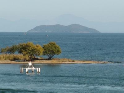 琵琶湖大橋西詰から眺めた沖島(11月14日12時頃)
