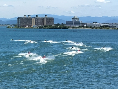 琵琶湖を走る水上バイク