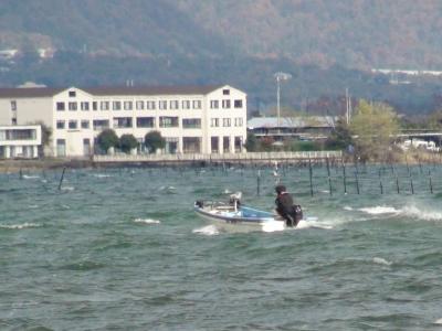 大荒れの琵琶湖北湖を走行中のレンタルボート(11月23日10時10分頃)
