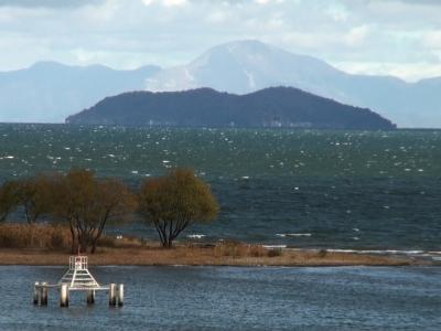 琵琶湖大橋西詰めから眺めた北湖は強い北西の風で白波立ちまくりの大荒れです(11月28日11時40分頃)