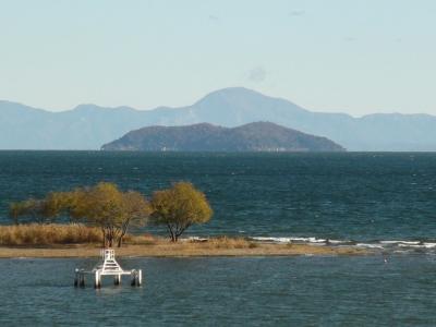 琵琶湖大橋西詰めから眺めた北湖は強い北寄りの風で白波立ちまくりの大荒れです(12月4日10時頃)