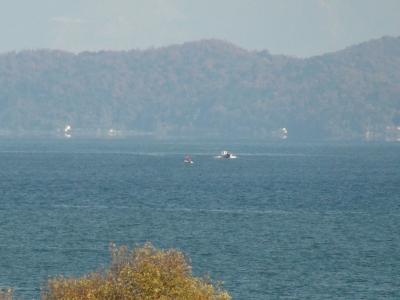 穏やかな琵琶湖北湖の沖で釣り中のボート(12月5日11時20分頃)