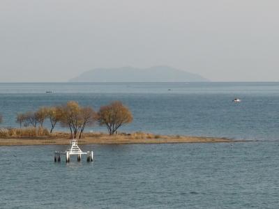 琵琶湖大橋西詰めから眺めた北湖 朝のうちは穏やかないい天気でしたらこの後北西の風が強まりました(12月12日10時頃)