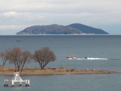 琵琶湖大橋西詰めから眺めた沖島 蜃気楼で湖面から浮いて見えてます(12月21日11時頃)