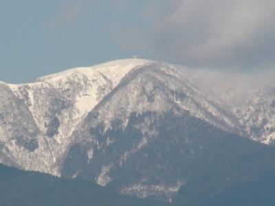 琵琶湖大橋西詰めから眺めた比良山は雪景色です(12月22日11時15分頃)