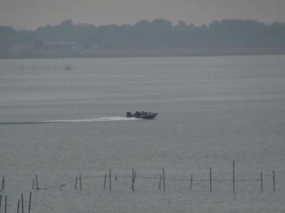 ガラ空きの琵琶湖南湖を走行中のバスボート(12月24日11時20分頃)