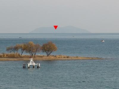琵琶湖大橋西詰めから眺めた沖島(12月12日10時頃)